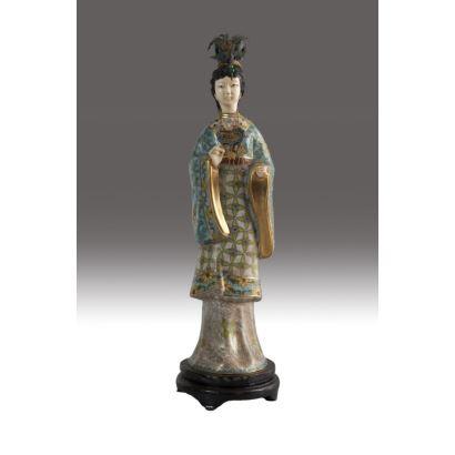 Figura de dama china en esmalte cloisonné, marfil y plata dorada, siglo XX. Sobre peana de madera. Altura: 35 cm.