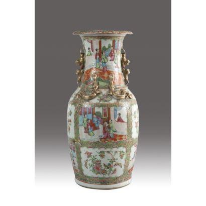 Jarrón en porcelana china de Cantón, siglo XIX. Decoración esmaltada en relieve y cuerpo con escenas palaciegas. Altura: 47 cm.