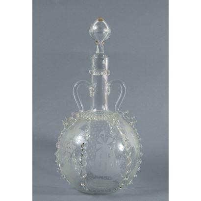 Jarra en cristal tipo Murano, Façon de Venise. Con diferentes decoraciones en las caras y toque dorado. Altura: 32 cm.