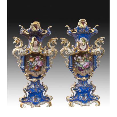 Pareja de jarrones en porcelana alemana tipo Sajonia, circa 1900.