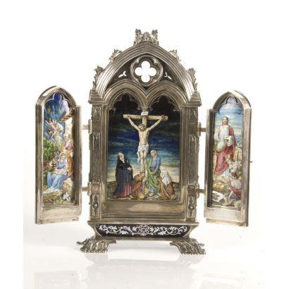 Importante tríptico  de estilo Neogótico realizado en plata y esmalte con rica policromía del prestigioso platero catalán  DOMENECH SOLER I CABOT. Marcas al dorso.  Cerrado: 41x43cm.