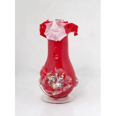 Objetos. Florero realizado en cristal de Murano rojo, con pie circular y decoración floral. Medidas: 20x12cm.