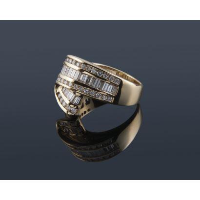 Joyas Selectas. Importante anillo de oro 18K decorado con 1,50 quilates en diamantes talla brillante y talla baguette. Peso 9,4 gr.