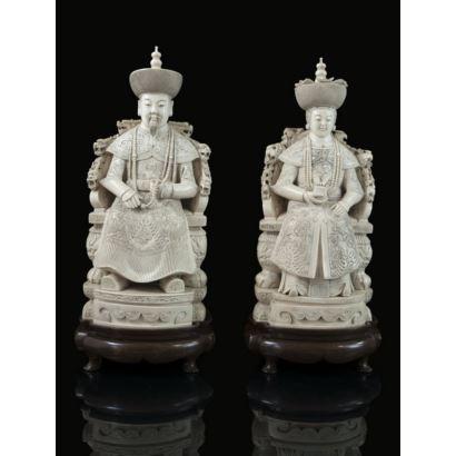 Marfiles. Pareja de emperadores tallados en marfil Chino, pps. XX. Emperatriz y emperador entronados. Parcialmente policromados. Marcas en la base. Con certificado de antigüedad. Alturas: 35 y 36 cm.
