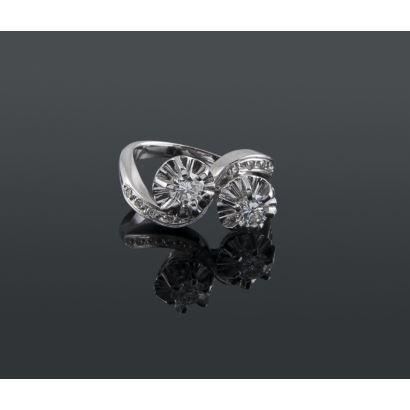 Joyas Selectas. Espectacular anillo tu y yo de oro blanco 18K con 2 diamantes centrales de 0,35 quilates cada uno de muy buena calidad (VS-H) y decoración en los hombros con 10 diamantes engastados.  Total diamantes: 0,80 quilates. Peso: 6,66 gr.