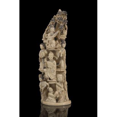 Magnífico colmillo de marfil chino tallado con numerosas figuras que portan diversos atributos. Con certificado de antigüedad. Alto: 34cm.