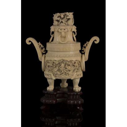 Pebetero ricamente tallado en marfil chino,  con abigarrada decoración en la que destaca la imagen del dragón. Con certificado de antigüedad. Medidas: 25x13x25cm.