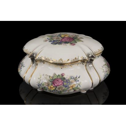 Caja con tapa con elegante decoración floral sobre fondo blanco, presenta detalles en dorado. Medidas: 11x19cm.