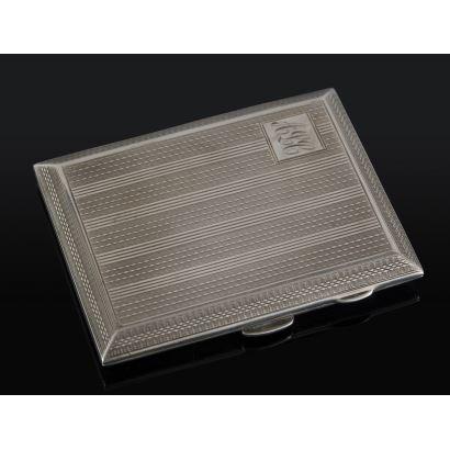 Pitillera rectangular de plata con decoración de franjas paralelas grabada, presenta las iniciales: