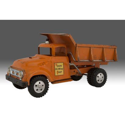 Camión de carga antiguo, en metal policromado STATE  HI-WAY DEPT. Medidas: 35x16x17cm.