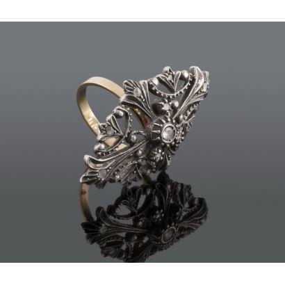 Sortija lanzadera, S. XIX. Realizada en oro y plata con brillantes y diamantes de 0.25 quilates. Medida 38 x 22 m/m. Peso 7,5 gr. Talla 14.