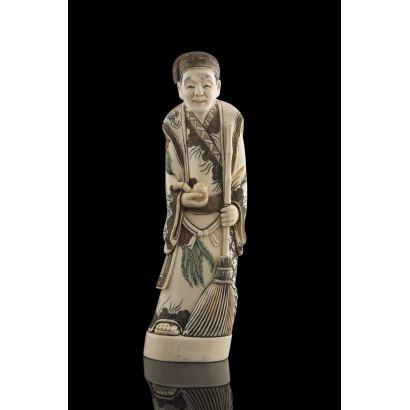 Excepcional talla realizada en marfil macizo, representa a un personaje masculino sujetando una escoba y una pipa, dotado de gran realismo. Con certificado de antigüedad. Alto: 26cm.