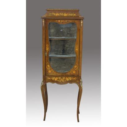 Vitrina estilo holandés en caoba con marquetería de maderas finas y con aplicaciones en bronce dorado, pp.s. XX.  168x62x40 cm