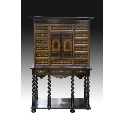 Cabinet en madera de raíz flamenco, finales s. XVIII.