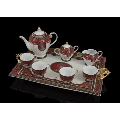 Elegante juego de café en porcelana policromada en rojo sobre fondo blanco y medallón con retrato de dama clásica, consta de cafetera, azucarero, jarra y cuatro tazas sobre bandeja.  Bandeja: 56,5x35cm. Cafetera: 20,5cm. Tazas: 6,5cm.