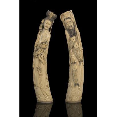 Importante pareja de tallas en marfil, se trata de una geisha con flores y un pescador sonriente, destacan por su marcado realismo en rostros. Marca en base. Con certificado de antigüedad. Alto: 47cm.