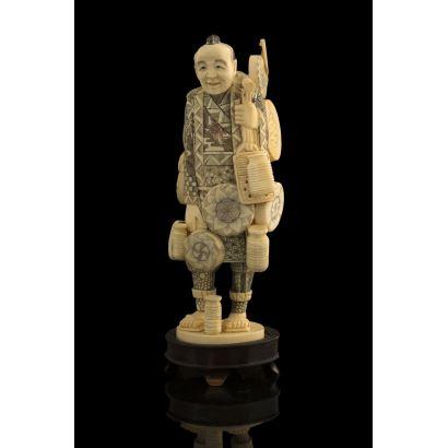 Magnífica talla de marfil de gusto costumbrista, representa a un cacharrero chino, con detalles policromados. Con certificado de antigüedad. Alto: 20cm.