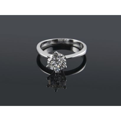 Joyas Selectas. Importante anillo solitario de oro blanco de 18K con diamante central talla brillante engastado con 6 garras. 1,01 quilates, Color J, Pureza VS2. Peso: 2,44g.