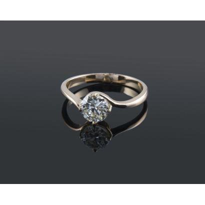 Gran anillo solitario de oro 18K con diamante central talla brillante de 1,05 quilates. Peso: 3,16 gr.