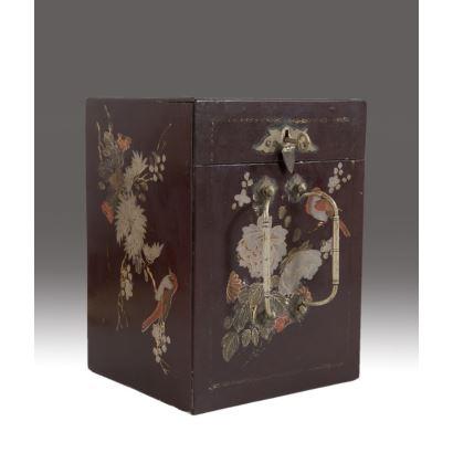 Caja joyero en madera lacada y dorada con decoración de aves y flores. China, primera mitad siglo XX.  Medidas: 14x21,5x16cm.