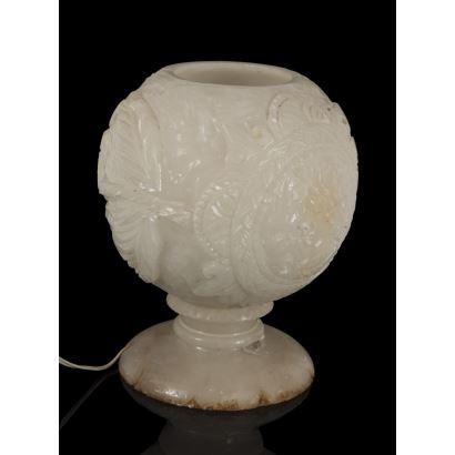 Lámpara de sobremesa esférica sobre pie circular, tallada en piedra blanca. Medidas: 26x23cm.