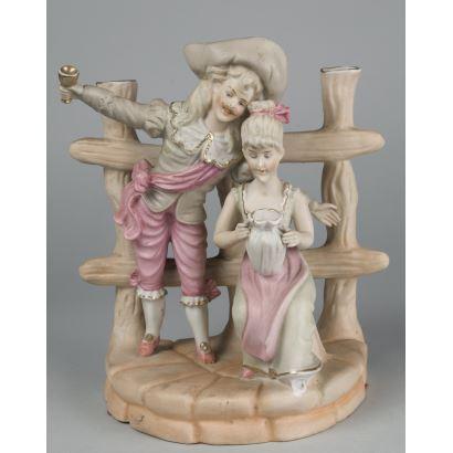 Porcelana. Figura de porcelana con escena galante, 15x9x11 cm