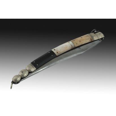 Navaja francesa, S. XIX. Realizada en acero, hueso, carey y latón. Largura abierta 52 cm.