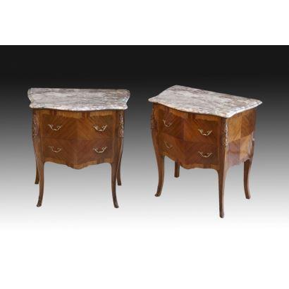 Pareja de mesas de noche estilo Luis XV, siglo XX.