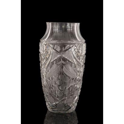 Jarrón con boca circular en cristal tallado, con decoración de uvas. Medidas: 30x15cm.