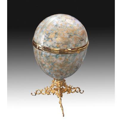 Objetos. Huevo licorera en vidrio y bronce, siglo XIX.