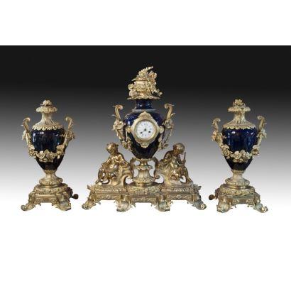 Relojes. Reloj de sobremesa con guarnición, Francia, siglo XIX.