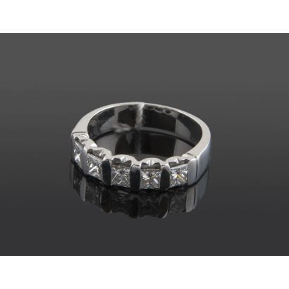 Cinquillo de oro blanco, con diamantes en talla princesa que suman aprox 0,85cts. Diámetro: 16mm. Peso: 4,9g.