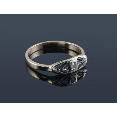 Bonito anillo de oro bicolor de 18K decorado con 5 diamantes talla antigua y 4 zafiros en talla baguette. Peso: 2,98 gr.