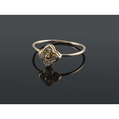 Simpático anillo de oro 18K en forma de flor o trébol de 4 hojas con un diamante en cada una. Peso: 1,14 gr.