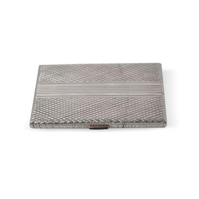 Pitillera realizada en plata en su color con interior sobredorado, con cierre de zafiros. Medidas: 11,5 x 8 cm.