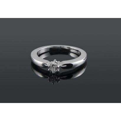 Elegante anillo solitario de oro blanco 18K con diamante talla brillante de 0,10 quilates, engastado con 6 garras. Peso: 5,10 gr.
