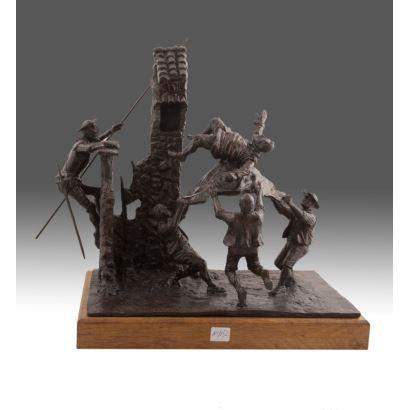 Figura en bronce sobre peana de madera. 2002.