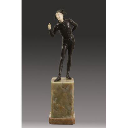 Excepcional figura Crisoelefantina realizada en bronce con detalles de marfil en rostro y manos sobre peana pétrea.