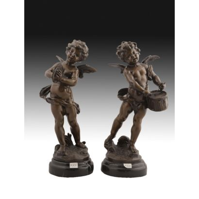 Pareja de figuras de bronce sobre peana circular de mármol.