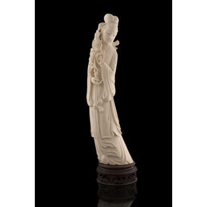 Gran figura tallada en marfil sobre peana de madera. pp.s.XX.