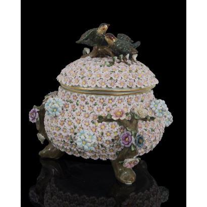 Bonita bombonera con tapa,  cubierta por flores rosas en relieve y asa con aves. Medidas: 32x29cm.