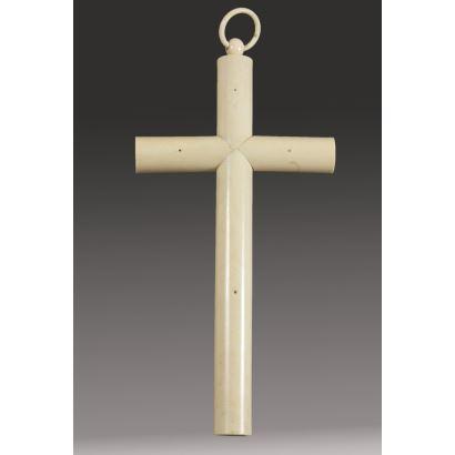Cruz latina de pared realizada en marfil (no macizo), con brazos tubulares. (Leve desperfecto en la unión de los brazos). 34,5x18cm.