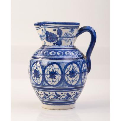 Jarro en cerámica de Talavera con decoración geométrica azul sobre fondo blanco. Medidas: 18x13cm.