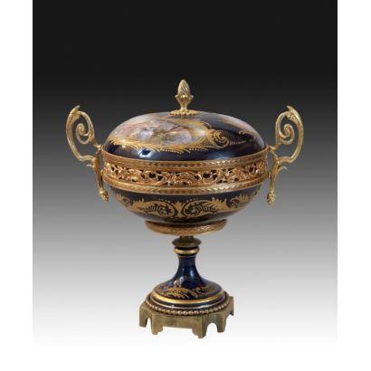 Copa en porcelana Sèvres, siglo XIX.