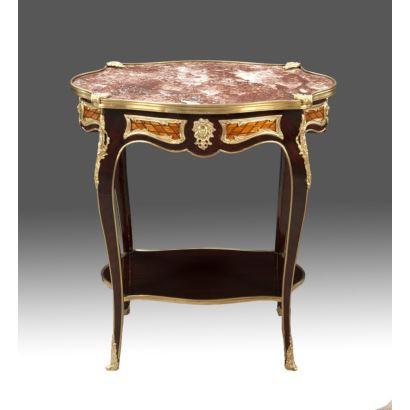 Mesa auxiliar realizada en madera, apliques en bronce dorado y tablero de mármol jaspeado, con patas carbriolé unidas por tablero inferior. Estilo Luis XV, s.XX. Medidas: 72x66x47cm.