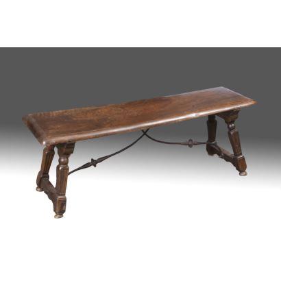 Banco rectangular realizado en madera de nogal sobre patas estriadas y fiadores de hierro. S. XIX. Medidas: 40x110x31cm.