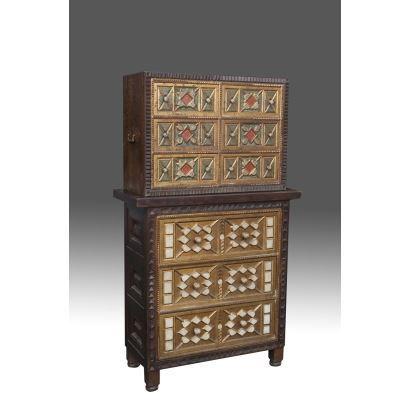 Bargueño toledano sobre taquillón siguiendo modelos del siglo XVII, en madera tallada y dorada. Medidas: 145x85x36cm.