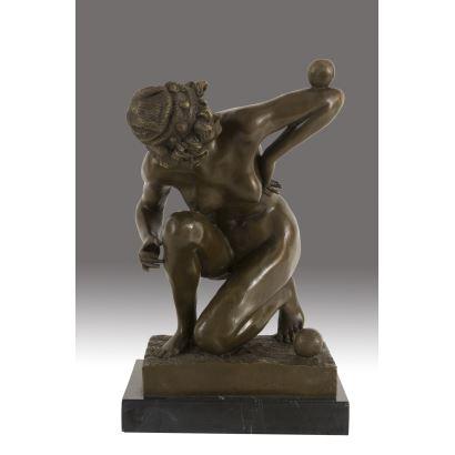 Escultura en bronce sobre peana de mármol.