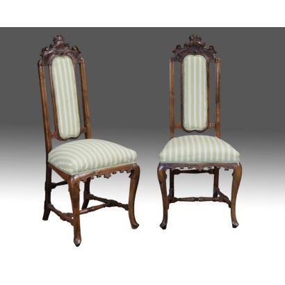 Pareja de sillas estilo Reina Ana, en madera de nogal y tapicería de franjas verdes y blancas, cuentan con dos patas  cabriolé frontales unidas por chambrana torneada y respaldo calado rematado en venera. s.XX. Altura: 125cm.
