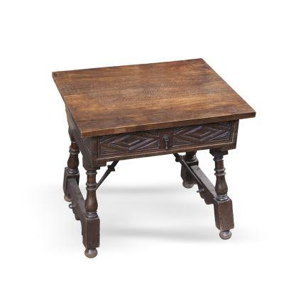 Mesa zapatera castellana realizada en madera de nogal, con cajón frontal decorado con motivos romboidales, presenta fiadores de hierro. Medidas: 52x57x48cm.